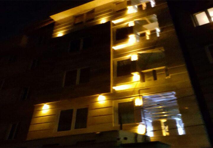 نمای بیرونی آپارتمان مبله در شب