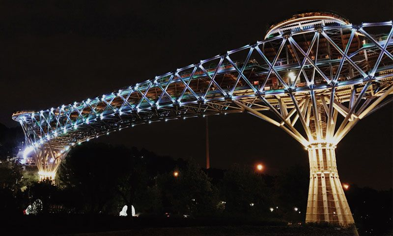 پل طبیعت یکی از جاهای دیدنی تهران در شب است.