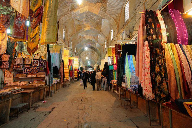بازار وکیل از دیدنیهای شیراز در شب
