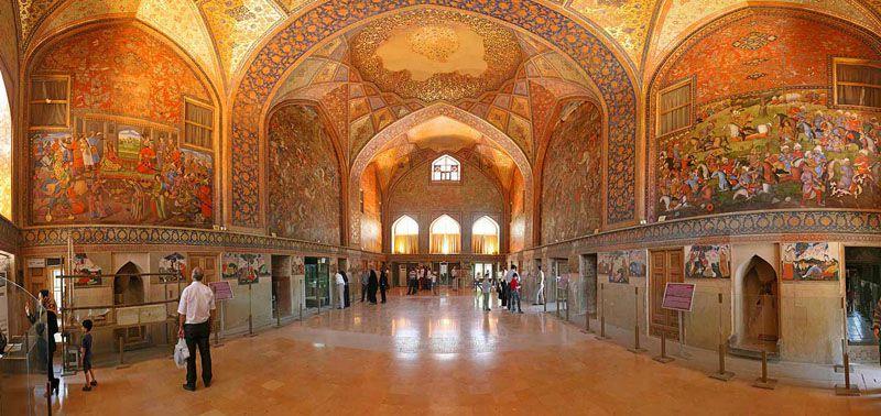 معماری چهل ستون فوق العاده زیبا است.