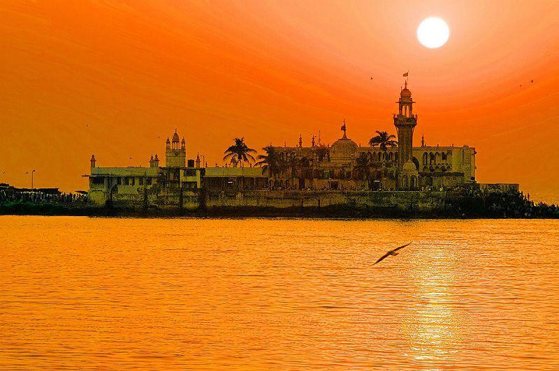 درگاه حاجی علی در بهترین زمان سفر به بمبئی