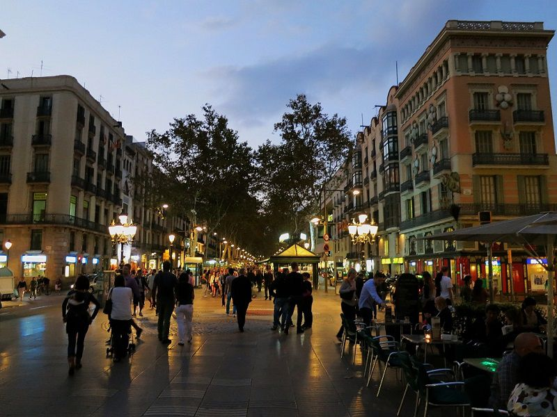 در مسافرت به بارسلون حتما سری به خیابان لا رامبلا بزنید.
